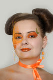 Flicka med orange makeup Arkivfoton