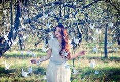 Flicka med origamikranar Royaltyfri Foto