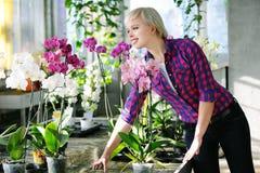 Flicka med orkidér Arkivfoton