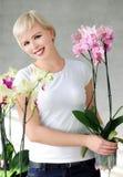 Flicka med orkidér Royaltyfria Bilder