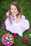 Flicka med påskägg Arkivbild
