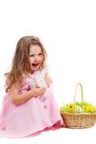 Flicka med påskkaninen Arkivbild
