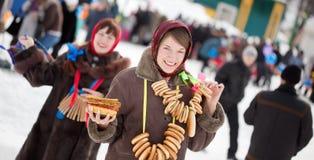 Flicka med pannkakan under den Maslenitsa festivalen arkivbild
