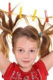 Flicka med paperclips i hår Arkivbild