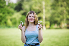Flicka med pappsymboler av den kvinnliga och manliga yttersidan Fotografering för Bildbyråer