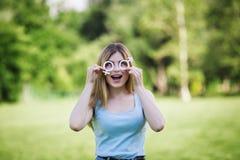 Flicka med pappsymboler av den kvinnliga och manliga yttersidan Arkivfoto