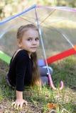 Flicka med paraplyet Royaltyfria Bilder