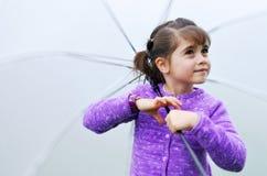 Flicka med paraplyet i en regnig dag Arkivbild
