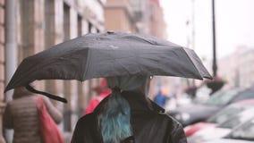 Flicka med paraplyet stock video