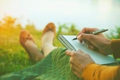 Flicka med pennhandstil royaltyfri foto