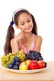 Flicka med plattan av frukt arkivbild