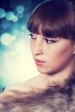 Flicka med päls Arkivfoton