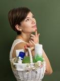 Flicka med produkter för hudomsorg Arkivbilder