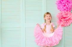 flicka med råttsvansar som bär en kjolballerinakjol arkivfoton