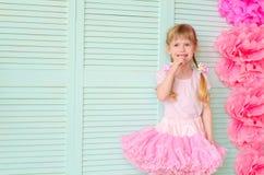 flicka med råttsvansar som bär en kjolballerinakjol fotografering för bildbyråer