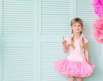 flicka med råttsvansar som bär en kjolballerinakjol royaltyfria foton
