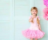 flicka med råttsvansar som bär en kjolballerinakjol royaltyfri foto
