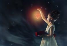 Flicka med röd hjärta arkivfoto
