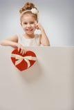 Flicka med röd hjärta Royaltyfri Foto