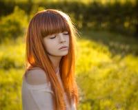 Flicka med rött hår i skogen royaltyfri fotografi