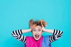 Flicka med rött hår som rymmer hennes head ropa Spänning och hysteriskt negativa sinnesrörelser härlig för studiokvinna för par d Arkivbild
