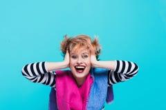 Flicka med rött hår som skrattar rymma hans huvud Tilltrasslat hår positiva sinnesrörelser härlig för studiokvinna för par dans s Arkivbilder