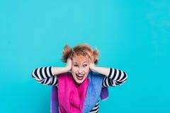 Flicka med rött hår som skrattar rymma hans huvud Tilltrasslat hår positiva sinnesrörelser härlig för studiokvinna för par dans s Royaltyfria Foton