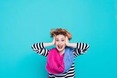 Flicka med rött hår som skrattar rymma hans huvud Tilltrasslat hår positiva sinnesrörelser härlig för studiokvinna för par dans s Royaltyfri Fotografi