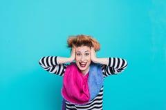 Flicka med rött hår som skrattar rymma hans huvud Tilltrasslat hår positiva sinnesrörelser härlig för studiokvinna för par dans s Fotografering för Bildbyråer