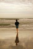 Flicka med reflexion i vattnet Arkivfoton