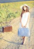 Flicka med resväskan Arkivfoton