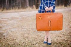 Flicka med resväska Arkivbilder