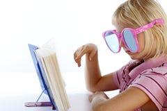 Flicka med roliga exponeringsglas Arkivfoto