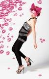 Flicka med rosa läppstiftkyssar Royaltyfria Foton