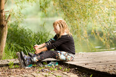 Flicka med rullskridskor Arkivbild
