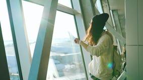Flicka med ryggsäcken i flygplatsterminal stock video