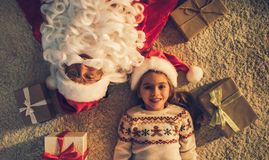 Flicka med Santa Claus Arkivbild