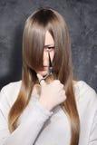 Flicka med sax Royaltyfri Bild