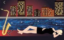 Flicka med saxofonen, nattstaden och floden Royaltyfria Foton