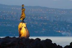 Flicka med seagullen med Rijeka i bakgrunden Arkivfoto