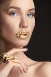 Flicka med sexiga guld- kanter Royaltyfria Foton