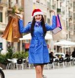 Flicka med shoppingpåsar under julförsäljningarna Arkivfoton