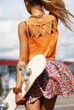 Flicka med skateboarden Arkivfoto