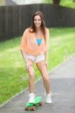 Flicka med skateboarden Arkivfoton