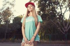 Flicka med skateboarden Arkivbilder