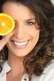 Flicka med skivan av orangen Royaltyfri Bild