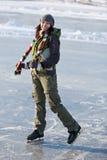 Flicka med skridskor. fotografering för bildbyråer