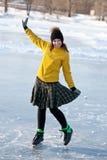Flicka med skridskor. arkivbild