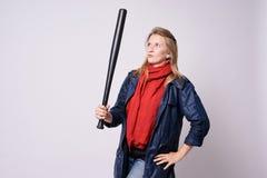 Flicka med slagträet Ljus bakgrund röd scarf Blått omslag royaltyfria foton