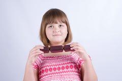 Flicka med smällkarameller Arkivbild